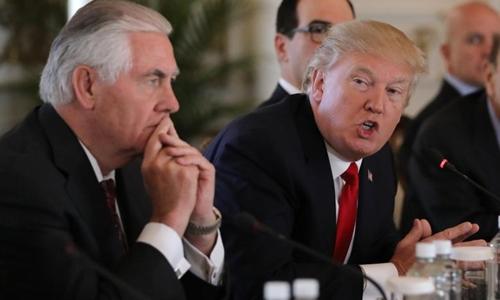 Tổng thống Mỹ Donald Trump (phải) và Ngoại trưởng Rex Tillerson. Ảnh: Reuters.