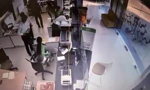 90 giây kẻ bịt mặt dùng súng cướp 2 tỷ đồng trong ngân hàng