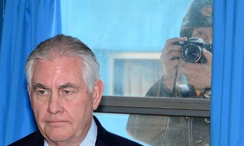 Ngoại trưởng Mỹ Tillerson thăm làng đình chiến Panmunjom (Bàn Môn Điếm) ở khu phi quân sự liên Triều. Một binh sĩ Triều Tiên đằng sau chụp ảnh ông. Ảnh: Reuters