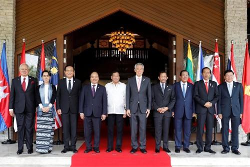 Các lãnh đạo ASEAN hôm qua chụp ảnh tại hội nghị cấp cao ở Manila, Philippines. Ảnh: Reuters