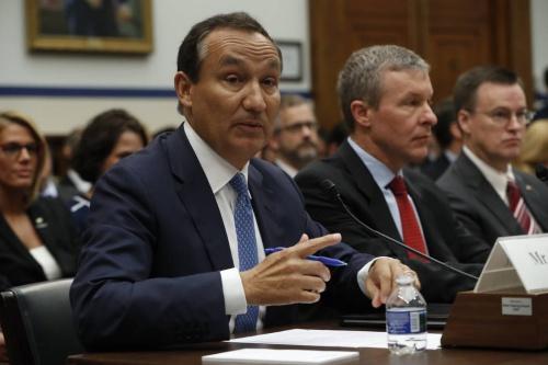 Oscar Munoz, Giám đốc Điều hành của United Airlines trong phiên điều trần. Ảnh: AP