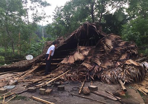 Lốc xoáy làm sập nhà dân tại Nghệ An