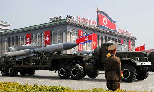 Tên lửa Triều Tiên trong cuộc duyệt binh hồi tháng 4. Ảnh: REuters.