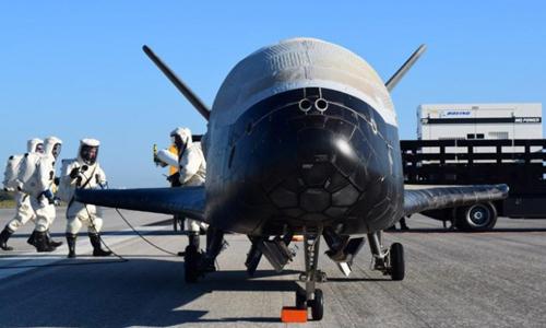 X-37B sau khi hạ cánh xuống Trung tâm Vũ trụ Kennedy sáng 7/5. Ảnh: USAF.