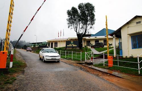 Ảnh 1: Tỉnh Quảng Nam kiên nghịt đóng cửa nhà máy vàng Bồng Miêu. Ảnh: Hoàng Nguyễn.