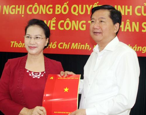 Chủ tịch Quốc hội Nguyễn Thị Kim Ngân trao quyết định phân công ông Đinh La Thăng ở vị trí mới. Ảnh: T.N