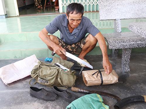 Ông lão 72 tuổi vẫn chưa thôi ôm giấc mộng trúng kỳ nam, thường lên rừng tìm. Ảnh: Xuân Ngọc