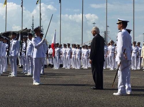 Tổng thống Singapore giám sát cuộc duyệt binh. Ảnh: CNA