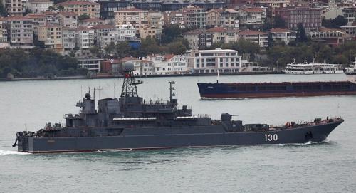 Tàu chiến Nga tại eo biển Bosphorus. Ảnh: AP