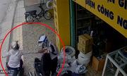 Người phụ nữ rút ví trả tiền bên đường bị cướp trong nháy mắt