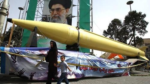 Các tên lửa Shahab-2 và Shahab-3 được trưng bày tại phía nam Tehran. Ảnh: AFP
