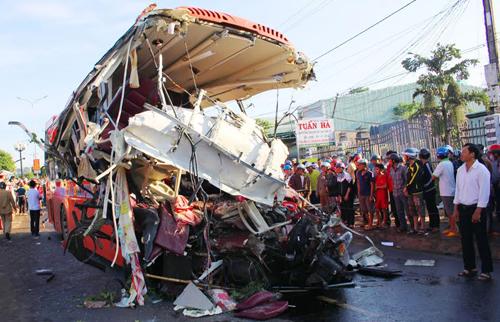 Ôtô khách rách bươm sau cú đâm của xe tải. Ảnh: Nhật Hạ