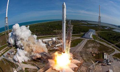 Tên lửa SpaceX Falcon 9 mang theo phi thuyền Dragon phóng lên từ căn cứ không quân Cape Canaveral, Florida ngày 8/4/2016. Ảnh: NASA.