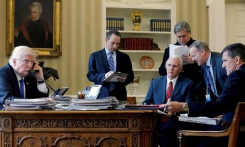 Tổng thống Trump cùng các cố vấn cấp cao tại Nhà Trắng. Ảnh: Reuters