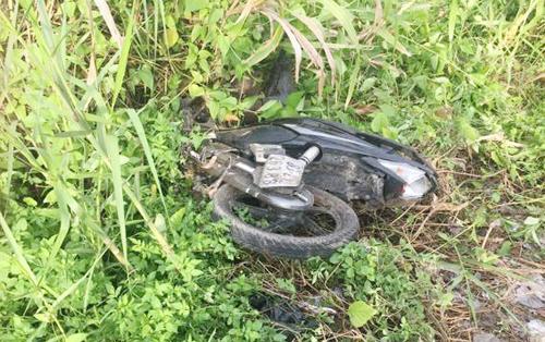 Sau cú tông của ôtô 3 xe máy hư hỏng phần đuôi, văng xa hơn 2 m. Ảnh: Đại Tân.