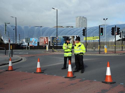 Cảnh sát hôm nay tiếp tục phong toả nhà thi đấu Manchester sau vụ đánh bom tự sát. Ảnh: AP