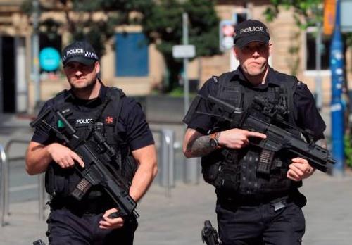 Cảnh sát có vũ trang gần nhà thi đấu Manchester, sáng hôm sau vụ đánh bom. Ảnh: PA