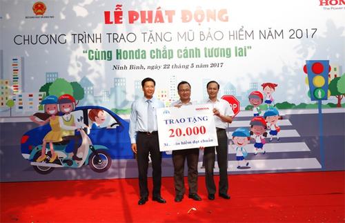 Đại diện Ủy ban An toàn giao thông Quốc gia, Bộ Giáo dục Đào tạo và Công ty Honda Việt Nam chung tay thực hiện chương trình trao tặng mũ bảo hiểm đạt tiêu chuẩn năm 2017