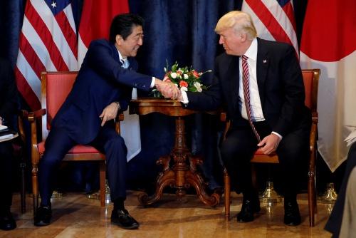 Thủ tướng Nhật Shinzo Abe và Tổng thống Mỹ Donald Trump trong cuộc gặp hôm qua. Ảnh: Reuters