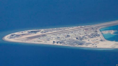 Đá Subi, thuộc quần đảo Trường Sa của Việt Nam, bị Trung Quốc bồi đắp phi pháp thành đảo nhân tạo và xây đường băng trên đó. Hình ảnh được máy bay không quân Philippines chụp hồi tháng 4. Ảnh: AP