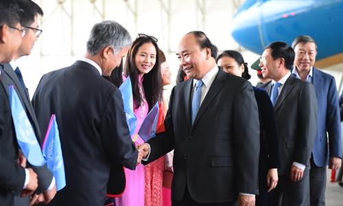 Phái đoàn Việt Nam tại Liên Hợp Quốc đón Thủ tướng tại Sân bay. Ảnh: VGP/Quang Hiếu