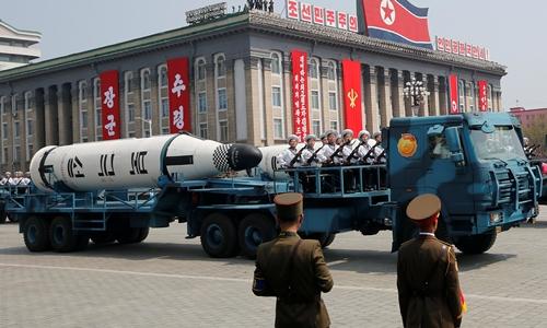 Tên lửa Triều Tiên trong lễ duyệt binh ngày 15/4. Ảnh: Reuters.