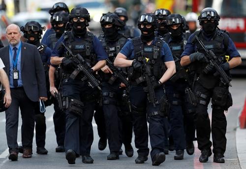 Cảnh sát Anh tuần tra khu vực chợ Borough ngày 4/6. Ảnh: Reuters.
