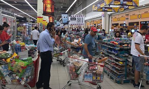 Người Qatar đổ xô tới siêu thị để mua lương thực. Ảnh: Doha News