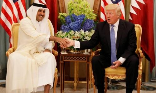 Quốc vương Qatar Tamim bin Hamad al-Thani tiếp Tổng thống Mỹ Donald Trump. Ảnh: Reuters