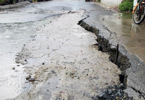 TP HCM lấp hố xoáy gây nứt 40 m đường ở Nhà Bè
