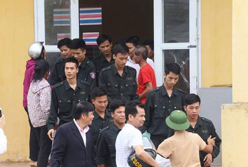 Những cán bộ, công an cuối cùng được thả tại nhà văn hóa thôn Hoành hôm 22/4. Ảnh: Bá Đô.