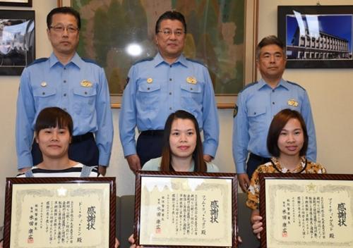 Ba cô gái Việt nhận bằng khen từ cảnh sát Nhật. Ảnh: Mainichi