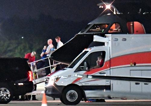 Otto Warmbier được đưa từ máy bay y tế sang xe cứu thương tại thành phố Cincinnati, bang Ohio. Ảnh: Reuters.