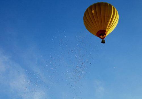 'Cơn mưa tiền' được rải từ khinh khí cầu ở Huế