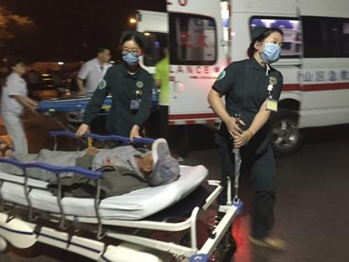Một người bị thương được đưa tới bệnh viện sau vụ nổ. Ảnh: Xinhua