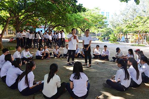 : Khoảng hơn 130 em học sinh khối lớp 10 và 11 Trường THPT Lý Sơn tham gia dự án. Ảnh: Thạch Thảo.