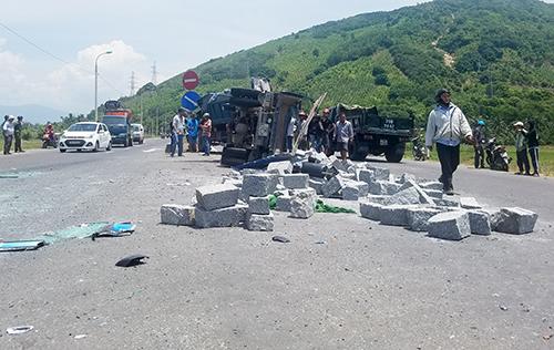 Hàng tấn đá đổ xuống đường sau tai nạn, tài xế xe tải tử vong. Ảnh: Xuân Ngọc