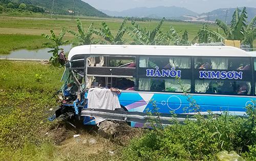 Ôtô khách lao xuống vực sâu gần 10 m, rách bươm đầu. Ảnh: Xuân Ngọc