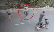 Cô gái tông xe máy khiến hai tên cướp túi xách ngã sấp mặt