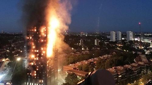 Tháp chung cư Grenfell ở London bị cháy hôm 14/6. Ảnh: BBC