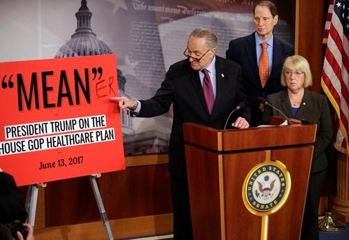 Chuck Schumer, lãnh đạo Dân chủ tại Thượng viện, phát biểu sau khi phe Cộng hòa công bố dự luật thay thế Obamacare. Ảnh: Reuters.