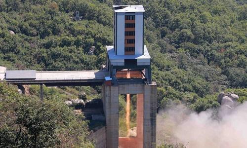 Một cuộc thử nghiệm động cơ tên lửa tại Sohae của Triều Tiên. Ảnh: KCNA/Reuters.