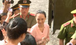 Mẹ Phương Nga nói lời yêu con gái khi cô xuống xe tù