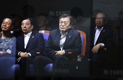 Tổng thống Moon Jae-in thị sát vụ phóng thử tên lửa hôm nay. Ảnh: Yonhap