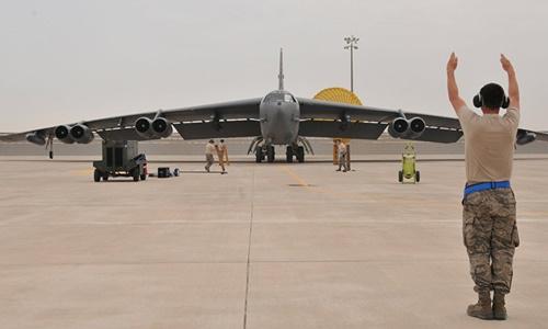 Máy bay B-52 của Mỹ tại căn cứ không quân al-Udeid, Qatar. Ảnh: Reuters.