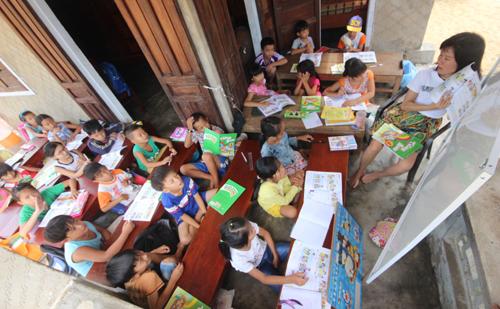 Cô gái tật nguyền dạy học miễn phí cho trẻ nghèo ở 'làng Chanchu'