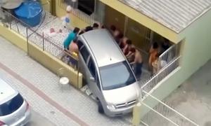Màn đưa xe ra khỏi nhà tốn công nhất thế giới