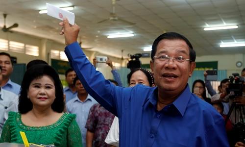 Thủ tướng Campuchia Hun Sen bỏ phiếu tại tỉnh Kandal hôm 4/6. Ảnh: Reuters.