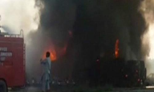 Xe chở dầu bốc cháy sau khi bị lật. Ảnh: Twitter/CGTN.