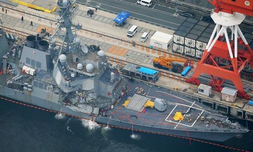 Tàu USS Fitzgerald được đưa về thành phố Yokosuka, Nhật Bản, ngày 18/6. Ảnh: Reuters.